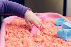 Ręki dziecko bawić się z kinetycznym piaskiem zdjęcie stock
