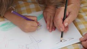 Ręki dziewczyna i drandpa rysunkowi wpólnie zbiory