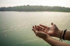 Ręki dziewczyna która bawić się deszcz Fotografia Royalty Free