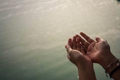 Ręki dziewczyna która bawić się deszcz Obraz Stock