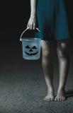 Ręki dziewczyna trzyma Halloweenowego wiadro obraz royalty free