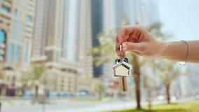 Ręki dziewczyna trzyma klucze Pojęcie kupować samochód w Dubaj lub mieszkanie Ręki zakończenie obraz stock