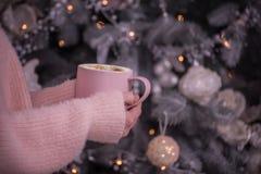 Ręki dziewczyna w puszystym miękkim pulowerze z filiżanką fragrant kawa Obrazy Stock