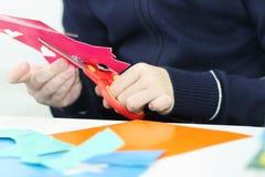 Ręki dziewczyny rozcięcia kwiat od barwionego papieru dla rzemioseł Obrazy Stock