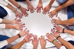 Ręki dziewczyny tworzą okrąg Fotografia Stock