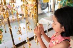 Ręki dziewczyny związują złoto fotografia royalty free