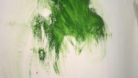 Ręki farby pocieranie papier na ścianie zbiory wideo