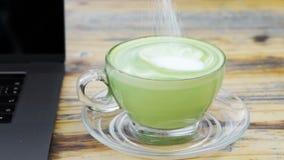 Ręki fertanie filiżanka dojna zielona herbata zbiory