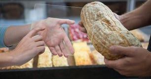 Ręki fotografuje chleb na przejrzystym przyrządzie Zdjęcie Royalty Free