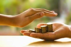 Ręki gacenia pieniądze i save pieniądze Fotografia Stock