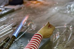 Ręki glassblower kobieta obrazy stock