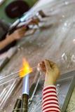 Ręki glassblower kobieta zdjęcia stock