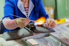Ręki glassblower kobieta fotografia royalty free