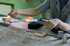 Ręki glassblower kobieta obraz royalty free