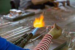 Ręki glassblower kobieta zdjęcie stock