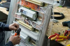Ręki gromadzić niskiego woltażu HVAC przemysłową kontrolną kabinkę w warsztacie elektryczny technik Zakończenie fotografia Zdjęcia Stock