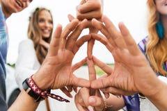 Ręki hipisów przyjaciele pokazuje pokoju znaka zdjęcia royalty free