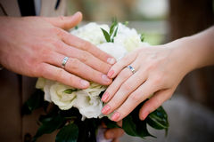 Ręki i pierścionki na ślubnym bukiecie Zdjęcia Royalty Free