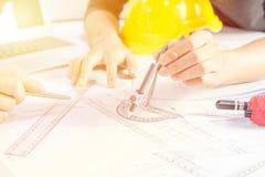 Ręki inżyniera działania projekt na projekcie, budowy pojęcie Obrazy Stock