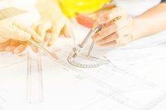 Ręki inżyniera działania projekt na projekcie, budowy pojęcie Zdjęcie Stock