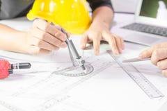 Ręki inżyniera działania projekt na projekcie, budowy pojęcie Obraz Royalty Free