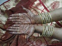 Ręki indyjska panna młoda dekorowali z mehandi i bangles zdjęcia royalty free