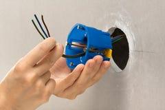 Ręki instaluje plastikowego ujścia pudełko Zdjęcie Royalty Free