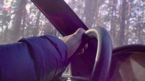 Ręki jedzie samochód starszy mężczyzna zbiory