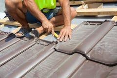 Ręki kłaść płytkę na dachu dacharz Instalować naturalną czerwieni płytkę Fotografia Royalty Free