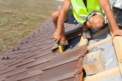 Ręki kłaść płytkę na dachu dacharz Instalować naturalną czerwieni płytkę Obraz Stock