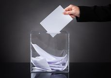 Ręki kładzenia tajne głosowanie w pudełku Fotografia Royalty Free