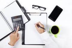 Ręki kalkulują pieniężnego raport Zdjęcia Royalty Free