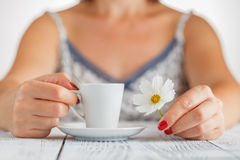 Ręki kobieta i kawa zamknięci z białym kwiatem up Fotografia Royalty Free