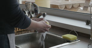 Ręki kobieta otwierają faucet z zimną wodą, myją pięknego jabłka i stawiają je w talerzu gruntownie, then zdjęcie wideo