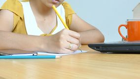 Ręki kobieta pisać na maszynie laptop use i ołówkowy writing na papierowej metaforze i biznesowym marketingowym pojęciu online zbiory