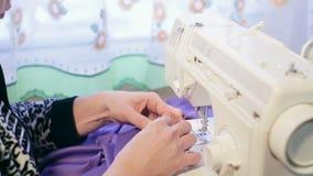 Ręki kobieta pracuje z szwalną maszyną zdjęcie wideo