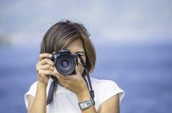 Ręki kobieta trzyma kamerę Bierze obrazka tła Kaeng Krachan tamy phetchaburi, Tajlandia obrazy stock