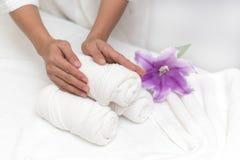 Ręki kobiety położenia wellness dekoracja w zdroju salonu backgrou Zdjęcia Stock
