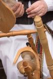 Ręki kobiety przędzalniana wełna w przędzę z przędzalnianym kołem Obraz Royalty Free