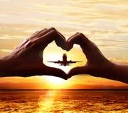 Ręki kochankowie i zdejmować samolot zdjęcie royalty free