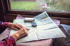 Ręki, kompas i mapa, zdjęcie stock
