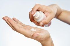 Ręki, kosmetyczna śmietanka, biały tło, skóry opieka zdjęcie stock