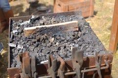 Ręki kowadło z węglami Zdjęcie Stock