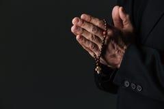 Ręki księdza mienia modlenie i różaniec Zdjęcie Royalty Free