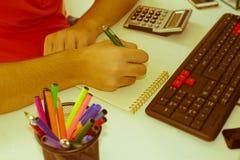 Ręki księgowy z kalkulatorem i piórem Fotografia Royalty Free