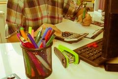 Ręki księgowy z kalkulatorem i piórem Zdjęcia Stock