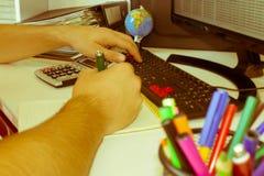Ręki księgowy z kalkulatorem i piórem Obrazy Royalty Free