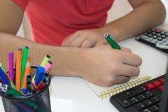 Ręki księgowy z kalkulatorem i piórem Zdjęcie Stock