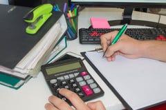 Ręki księgowy z kalkulatorem i piórem Zdjęcie Royalty Free