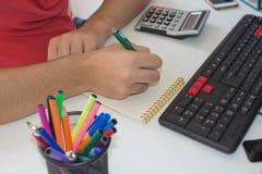 Ręki księgowy z kalkulatorem i piórem Zdjęcia Royalty Free